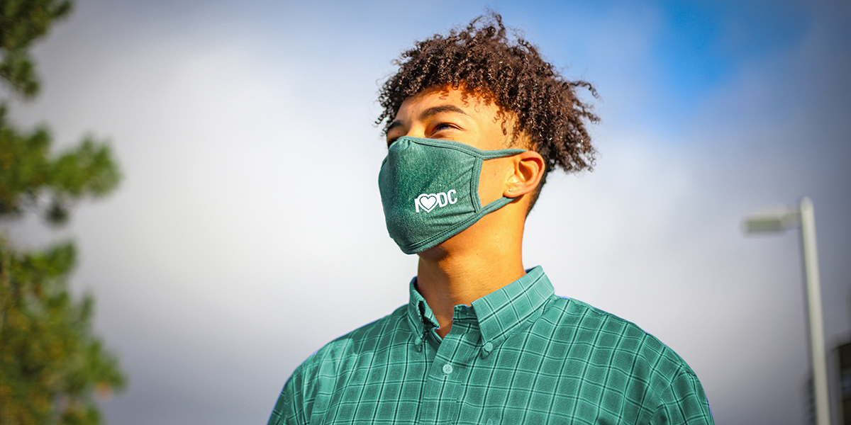 Image for 2020-09-17-covid-mask-student-geen-shirt-02.