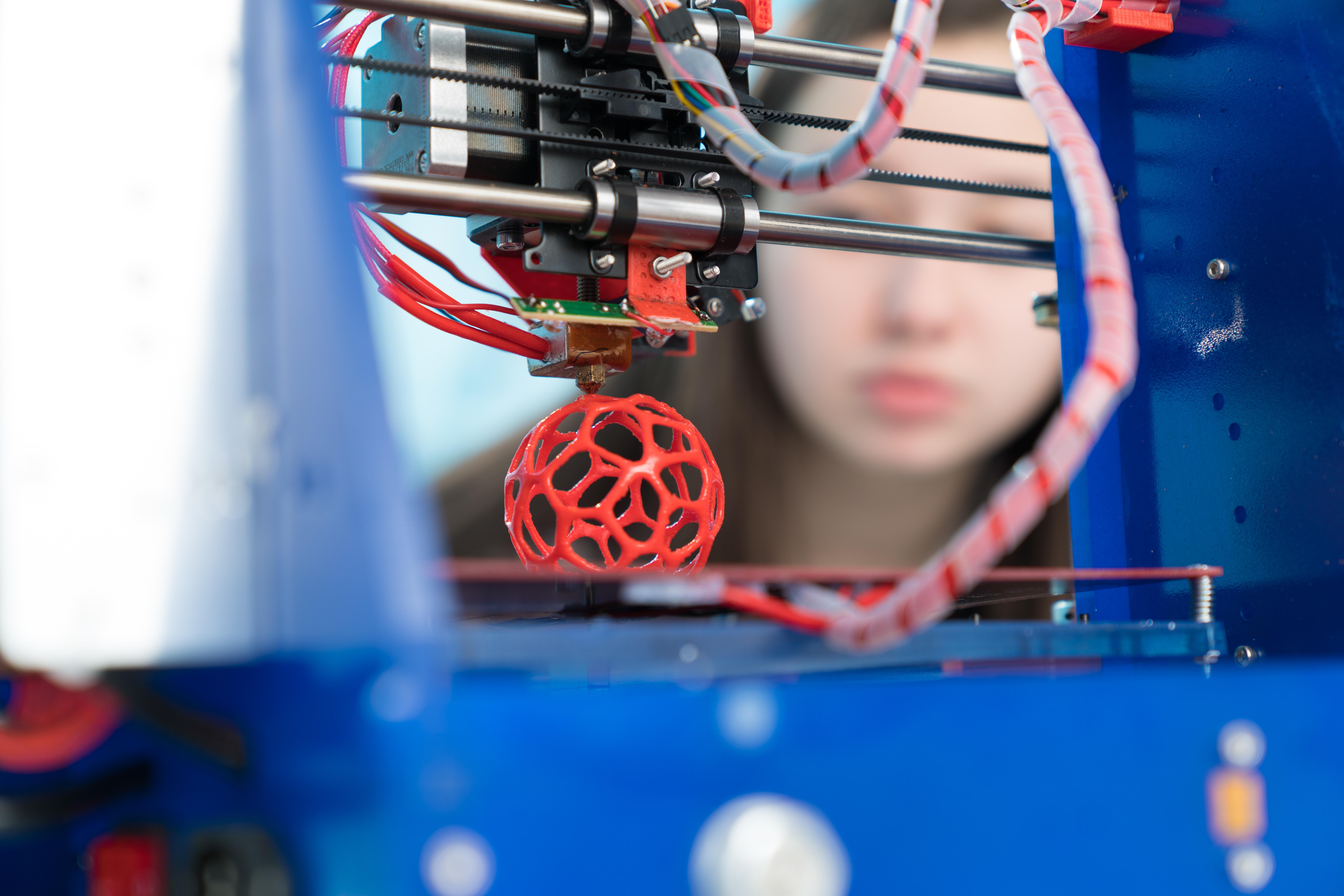 3d printer with sphere being printed